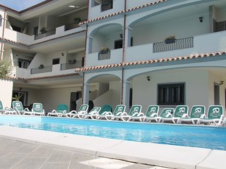 1 bedroom Apartment with Pool, WiFi and Walk to Beach & Shops - 5056330