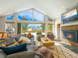 A beautiful, quiet 3-bedroom Tahoe escape with private hot tub - The Hawthorne