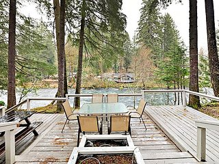 Riverhouse Retreat - 3BR w/ Deck & 200' of McKenzie River Frontage