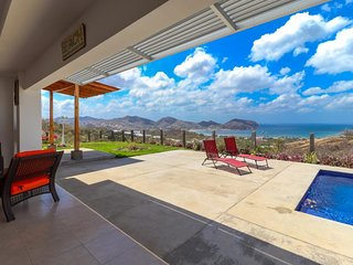 Luxurious house w/ spectacular ocean views & private pool - short drive to town!