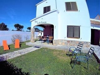 En L'Escala Villa Termes con piscina comunitaria y tenis 8personas. Jardin