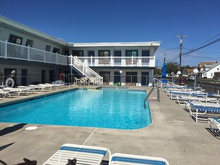 Surf 1600 Unit A N.Wildwood 1 block from the Beach