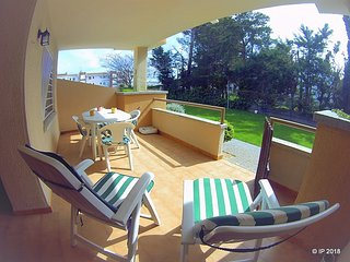 A 200m de la.playa apartamento en bonita residencia con piscina, tennis y jardin