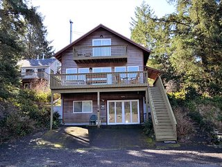 STARLIGHT HIDEAWAY~NEW LISTING with ocean/mountain views and HOT TUB! Pets OK