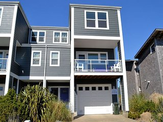 LAKESIDE HAVEN~NEW LISTING~Gorgeous townhouse on the lake w/HOT TUB and views