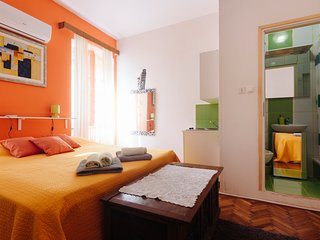 ORANGE STUDO FOR 3 PERSPNS FREE WI FI , AIRCON AND PRIVAT BATHROOM TERASE SHARED