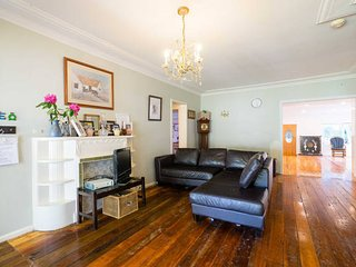 Charming Authors Blue Mountains cottage. 100 years old with mod cons. 4 bedrooms