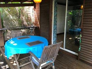 CONFORTABLE BUNGALOW ds jardin tropical pour 2 personnes, kitchenette extérieure