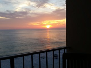 7th floor renovated beachfront condo w/ beach chair service, wifi & washer/dryer