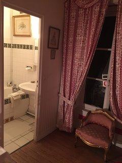 Salle de bain privative dans l'alcôve de la Chambre des Roses