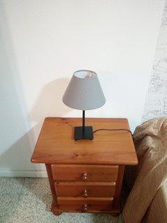 Mesita con lámpara segundo dormitorio