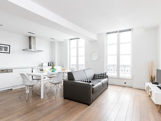 002. IN THE HEART OF THE MARAIS NEAR POMPIDOU CENTER - MODERN 1BR FLAT