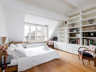 073. LE MARAIS STUDIO WITH NICE CITY VIEWS STEPS FROM LA SEINE & HOTEL DE VILLE