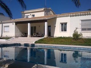 VILLA MATHER en la playa con wifi gratis, gran jardín y piscina privada.