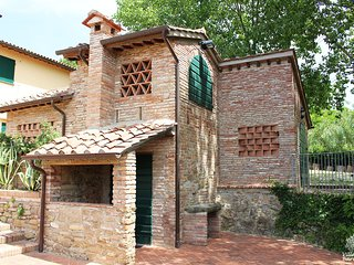 Charming Tuscan Cottage for 2 with use of pool, tennis court and entire grounds