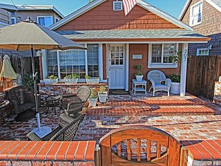 Two Classic Newport Cottages w/A/C! Patio & Courtyard, Quick Walk to Beach.