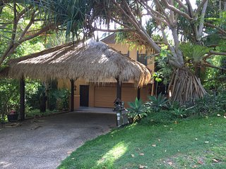 'The Tree house', rain forest living only 200m walk from picturesque beaches.