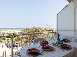Terrazza abitabile fronte mare a 30 metri dalla spiaggia.