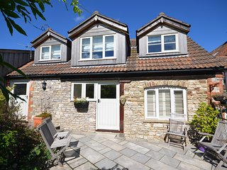 DOLLY Cottage situated in Bath (8mls N)