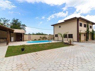 Casa em condomínio com piscina, churrasqueira e quadra de vôlei
