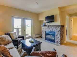 Mountainview condo w/ balcony, shared pool & hot tub - at ski center's base camp