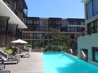 Trendy, Modern, Central City Apt, Pool, Gym, Airco