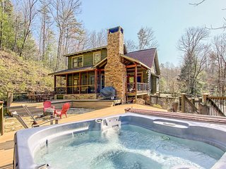 Dog-friendly getaway w/ ample deck space, hot tub, grill, fireplace, & more!