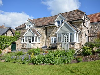49726 Cottage situated in Lyme Regis (6mls NW)