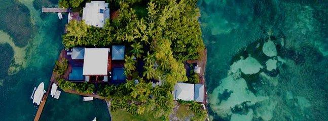 La villa Riva est située sur une ile privée, à 3mn de la Marina du Gosier.