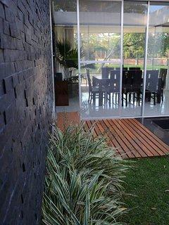 Jardín interno con vista al comedor