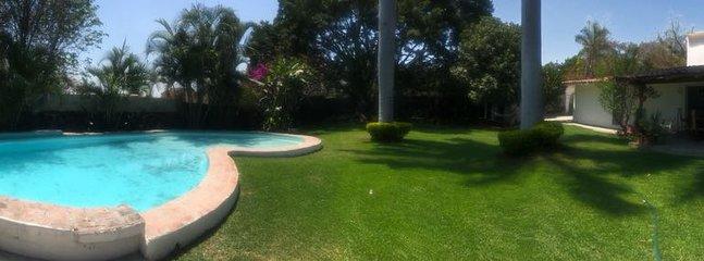 Panorámica del Jardin y alberca, viendo hacia la villa.