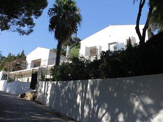 Superb villa, stunning sea views; easy 7 minute walk from fabulous sandy beach