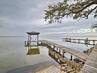 NEW! Waterfront Gulf Breeze Apt w/Kayak & 2 Bikes!