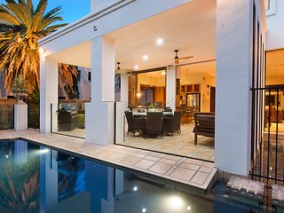 VOGUE HOLIDAY HOMES - THE BEACH VILLA  (LUXURIOUS / POOL / WALK TO BEACH)