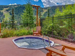Open-concept ski lodging w/shared hot tub, close to slopes!