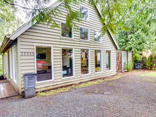 Dog-friendly contemporary home minutes from  Manzanita Beach and Nehalem Bay!