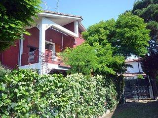 Ampio bilocale in villetta con giardino e posto auto privato
