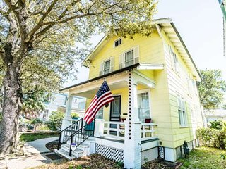 1920's East End Home - Short Walk to Beach & Pleasure Pier - Garage Parking & Bi