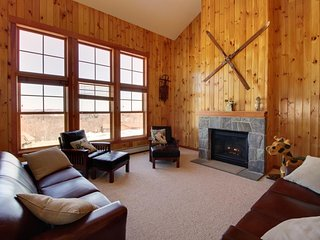 Gorgeous lodge getaway w/ ski-in/out access to Sunrise!