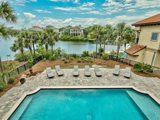9BR Sleeps 30, UNOBSTRUCTED Gulf Views, private 38'x20' pool and lake front
