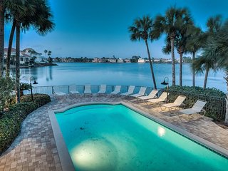 8BR - Unobstructed Gulf View Across to Beach, Huge Pool/Spa on Private Lake