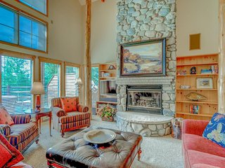 Exquisite cabin-style home w/ views, private hot tub, shared pool -  golf nearby