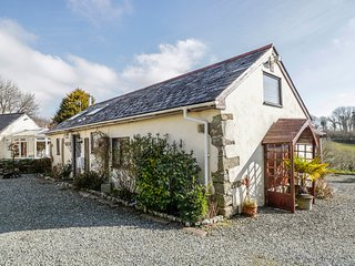CHYANDOUR COTTAGE, countryside views, hot tub, dog-friendly, Ref 980173