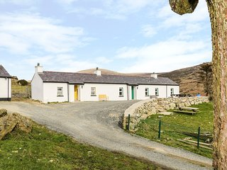 MARY LARKIN'S COTTAGE, open-plan, views of Carlingford Lough, en-suite, Ref