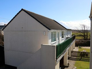 SKY POCKET, open-plan, countryside views, cosy retreat, in Bude