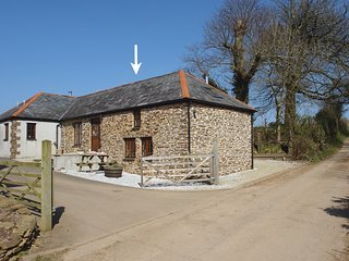 SWALLOWS NEST, smart, 'upside down' cottage in peaceful location, close to coast