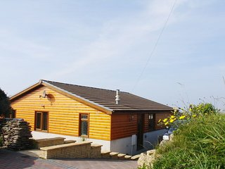 EUREKA, smart, pet friendly bungalow with excellent sea views. Millbrook 1 mile.