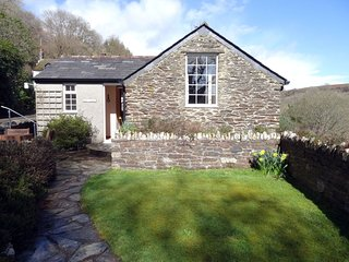 HOBB COTTAGE, pretty, detached stone cottage with superb valley views. Looe 3 mi