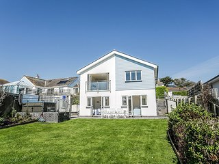 CURLEW, contemporary coastal house with hot tub and fabulous sea views, 200
