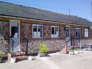 THE MILK SHED, friendly, comfortable cottage on Devon farm with games barn. Plym